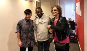 Julius, Sooz och Denise Crosso poserar för bilden med ett leende