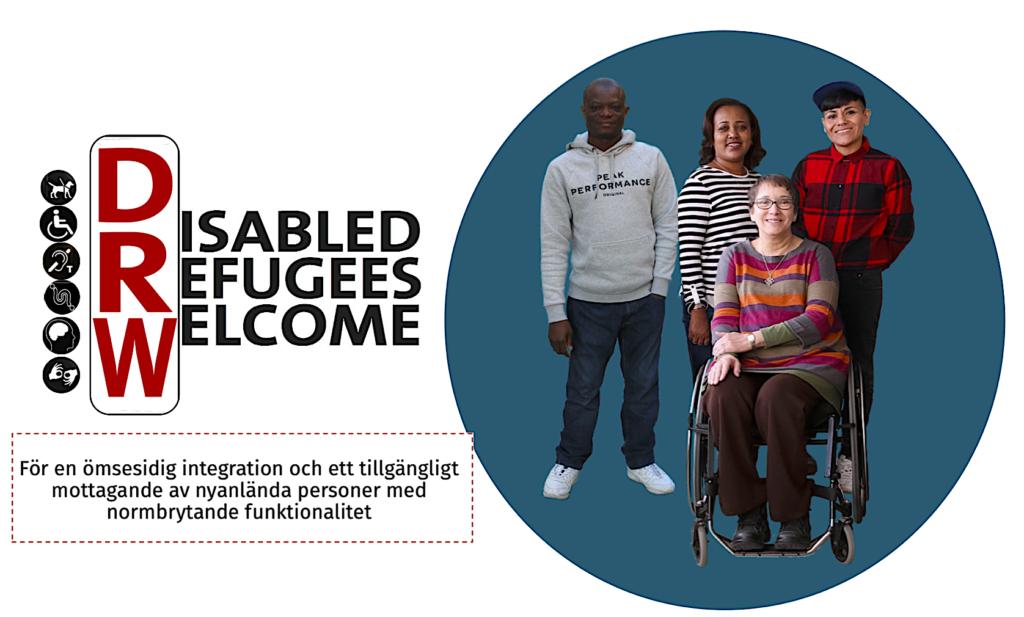 disabled Refugees Welcome teamet, fyra personer som ler, en som sitter i rullstol. slogan: för en ömsesidig integration och ett tillgänglig mottagning av nyanlända personer med normbrytande funktionalitet
